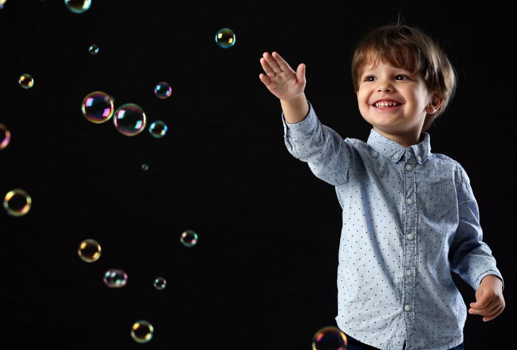 bambino e bolle di sapone
