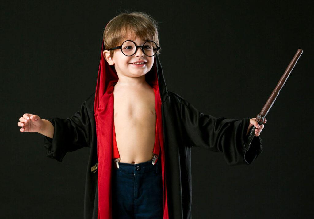 bambino gioca harry potter