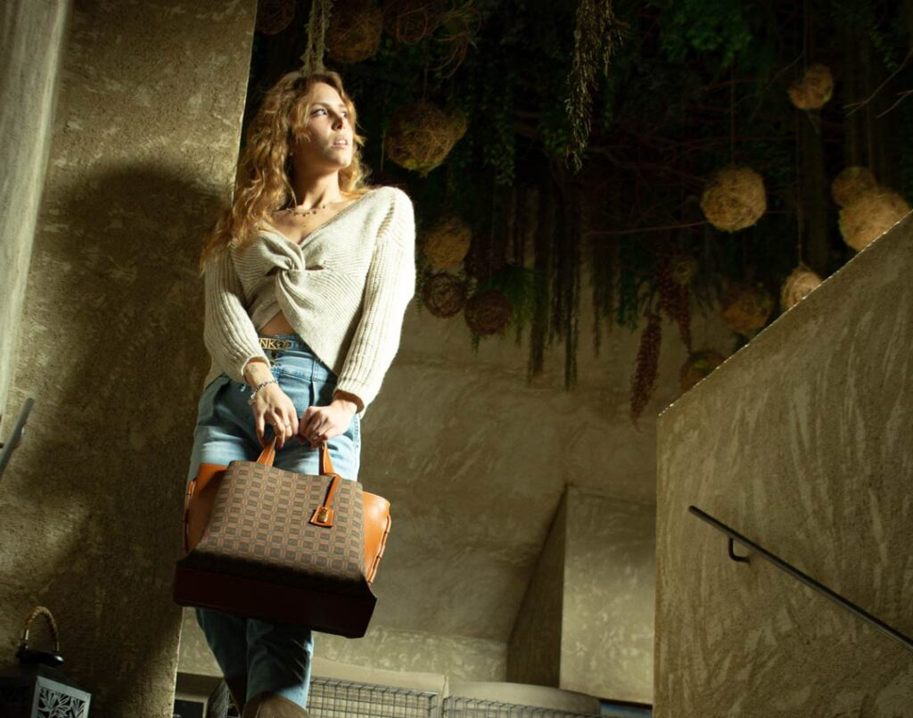 ragazza con borsa